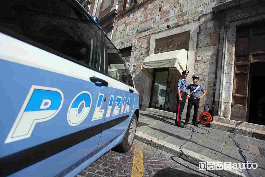 Polizia e Carabinieri arrivati sul posto dopo la segnalazione della truffa all'esame teorico per la patente di guida, Commissariato Bolognina - Pontevecchio