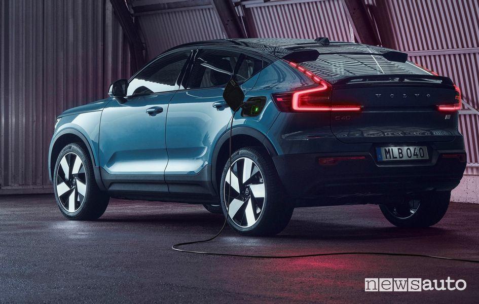 Vista posteriore Volvo C40 Recharge elettrica in ricarica