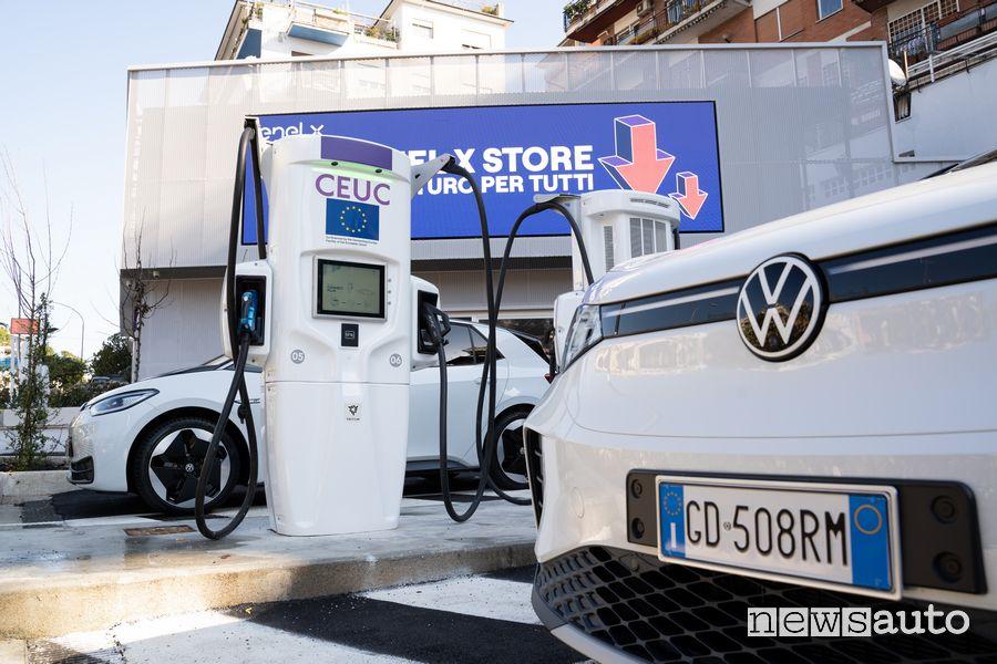 Colonnina ricarica auto elettriche JuicePole Enel X Roma Volkswagen ID.3