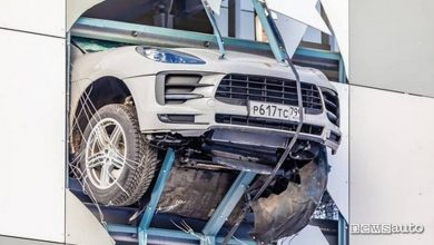 Photo of Incidente, Porsche Macan sfonda il muro del parcheggio al quarto piano