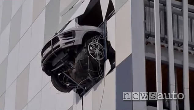 Porsche Macan sfonda il muro dal quarto piano di un parcheggio in Russia, la foto dell'incidente