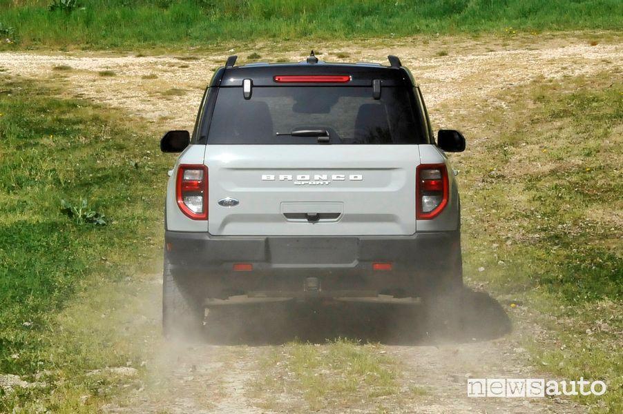 Vista posteriore Ford Bronco Sport sullo sterrato durante la prova