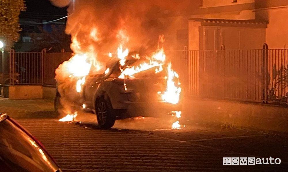 L'incendio della Hyundai Tucson Mild Hybrid avvolta dalle fiamme che ha preso fuoco a Roma