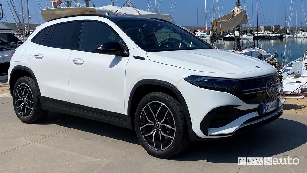 Vista di profilo Mercedes-Benz EQA elettrica bianca