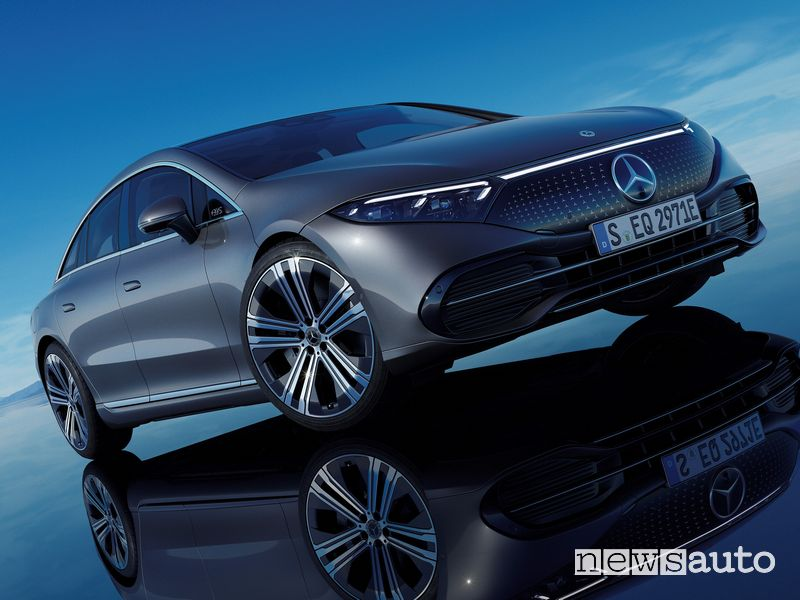 Vista di profilo Mercedes-EQ EQS 450+ elettrica