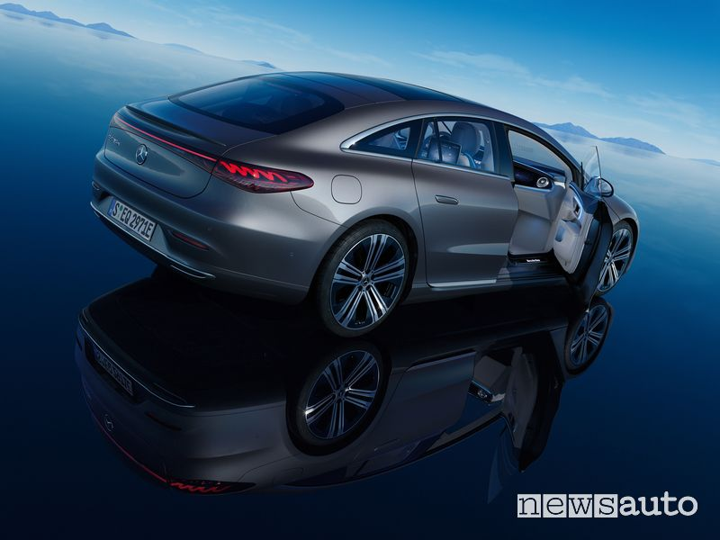 Vista posteriore Mercedes-EQ EQS 450+ elettrica