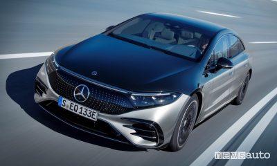 Vista di profilo Mercedes-EQ EQS 580 4MATIC su strada