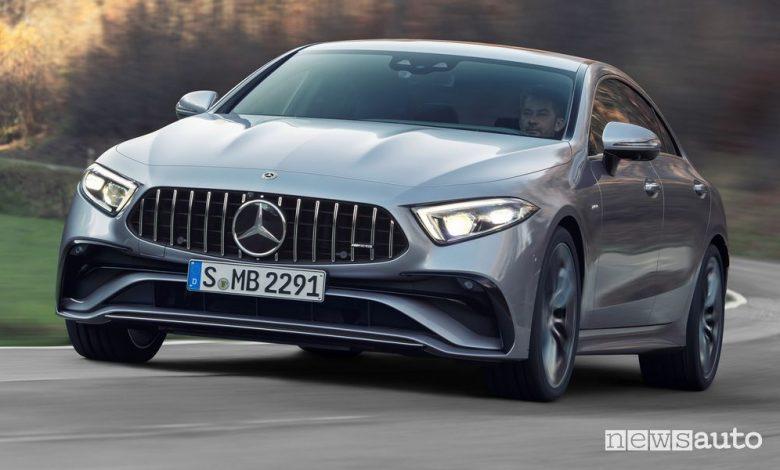 Vista di profilo Mercedes-AMG CLS 53 4MATIC+ su strada