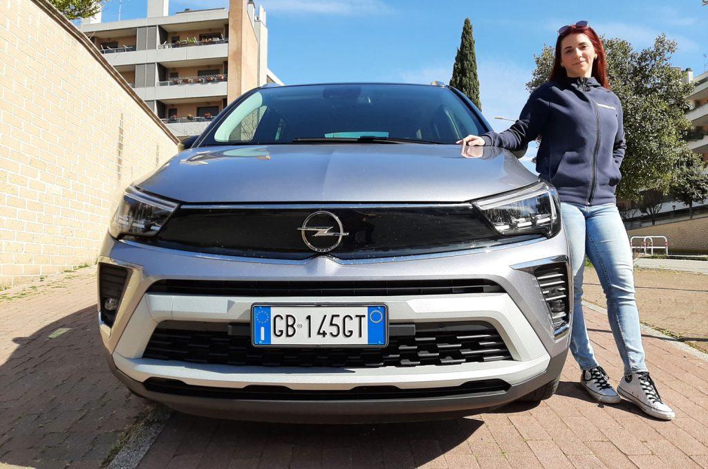 Carlotta Mancini tester Newsauto durante la prova della nuova Opel Crossland