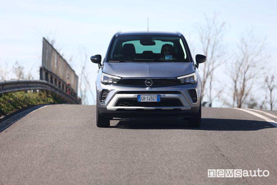 Vista frontale Opel Crossland nella prova su strada