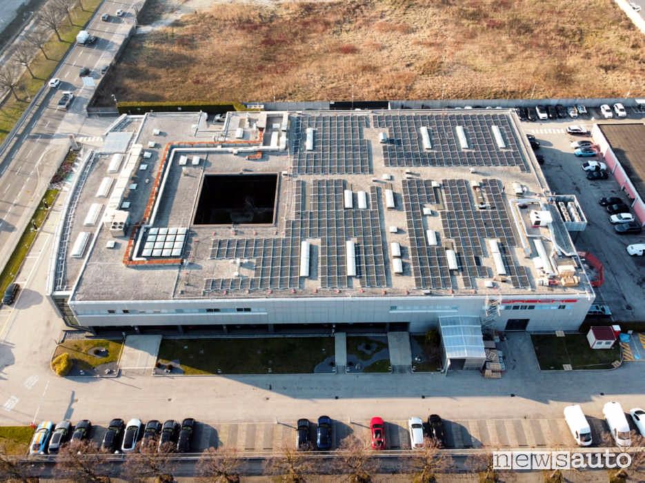 Impianto fotovoltaico sul tetto della sede di Porsche Italia a Padova con capacità di 242 MW.