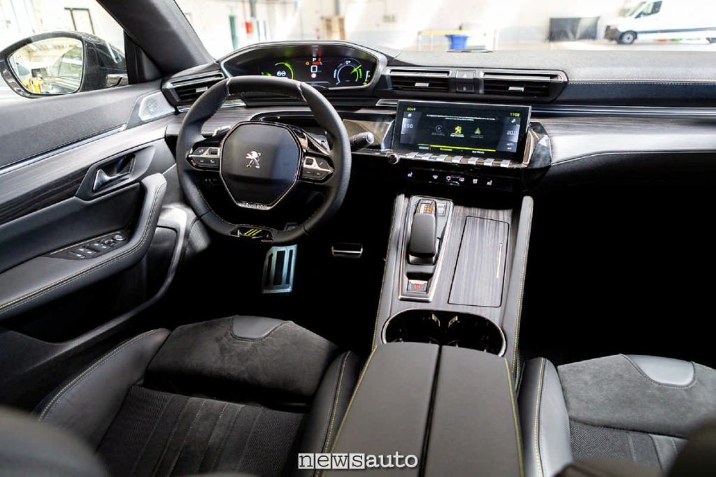 Abitacolo della Peugeot 508 PSE  volante e sedili