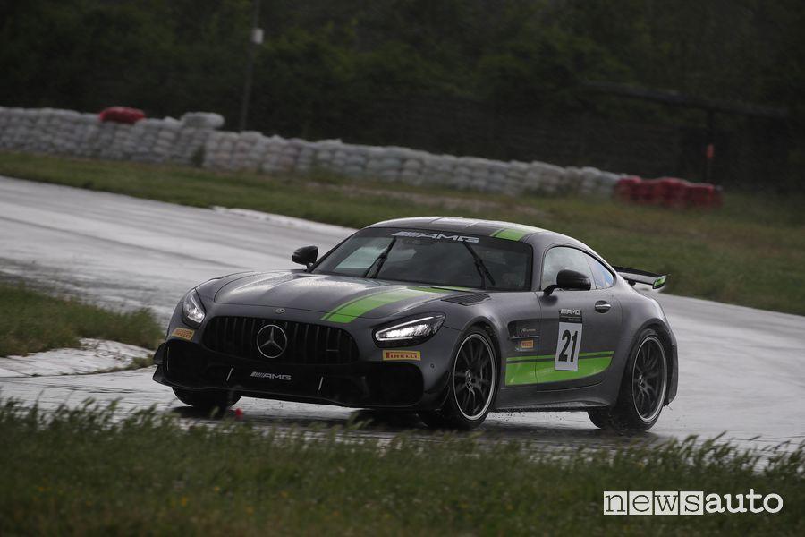 Mercedes-AMG GT-R Pro dell'AMG Driving Academy sotto la pioggia a Magione