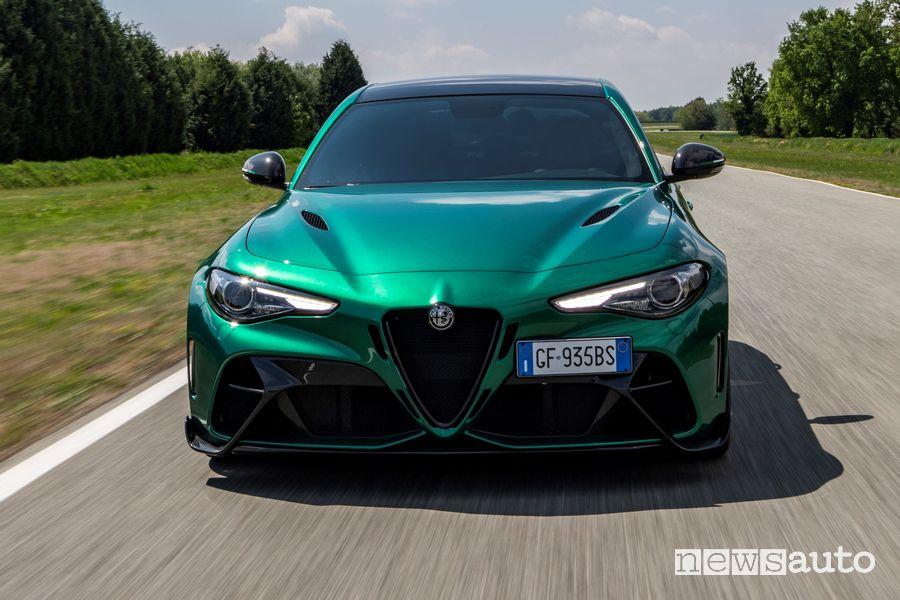 Vista anteriore Alfa Romeo Giulia GTAm Montreal Green in pista
