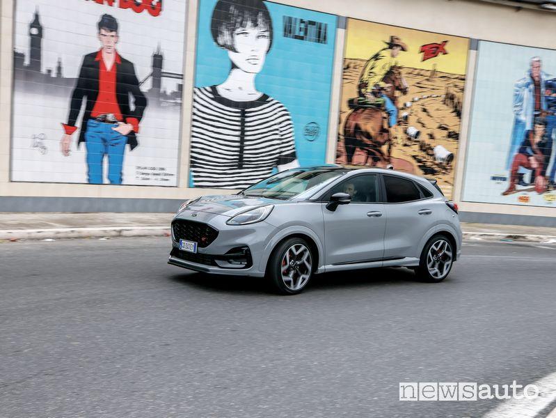 Vista di profilo Ford Puma ST in prova su strada