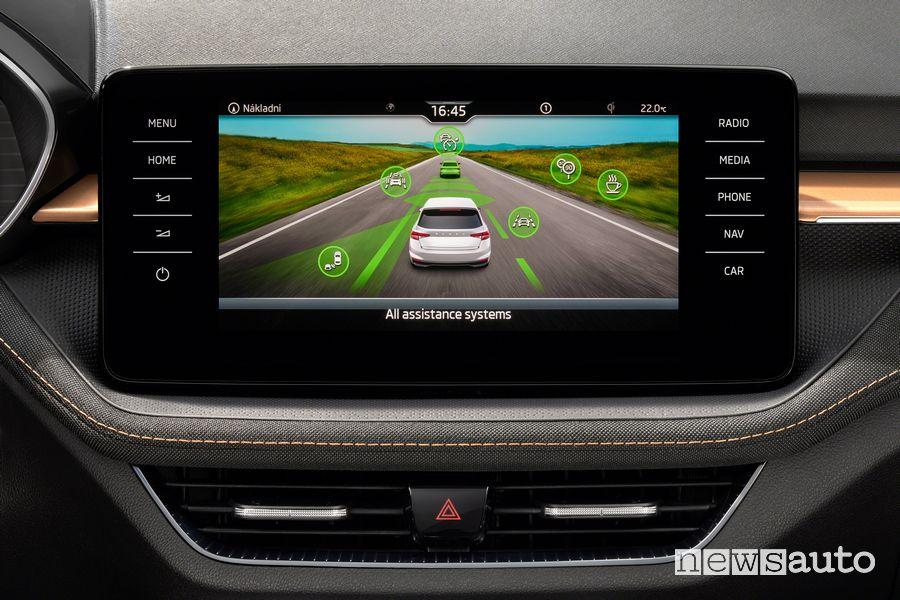 Info ADAS sul touchscreen abitacolo nuova Škoda Fabia