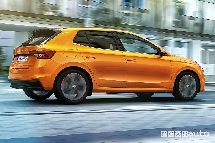 Vista laterale nuova Škoda Fabia su strada