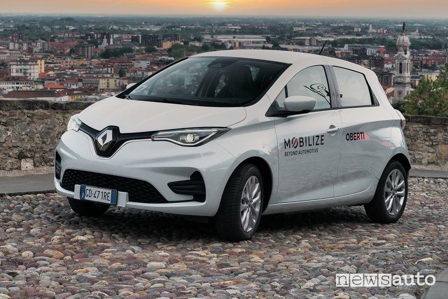 Renault Zoe del car sharing elettrico Mobilize per le vie di Bergamo