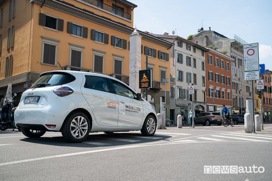 Renault Zoe del car sharing elettrico Mobilize accesso gratuito nella ZTL di Bergamo