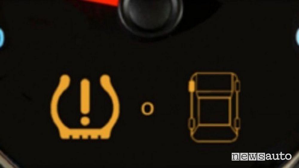 Spia che indica sul quadro strumenti un problema con la pressione dei pneumatici