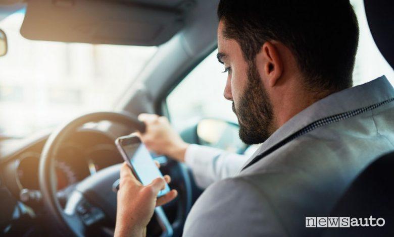 Multa per cellulare alla guida, sanzione e ritiro patente