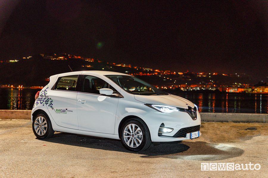 Renault Zoe E-Tech Electric car-sharing Amicar sul lungomare di Napoli di notte