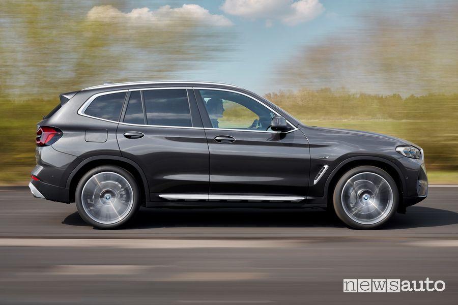 Vista laterale BMW X3 xDrive30e su strada