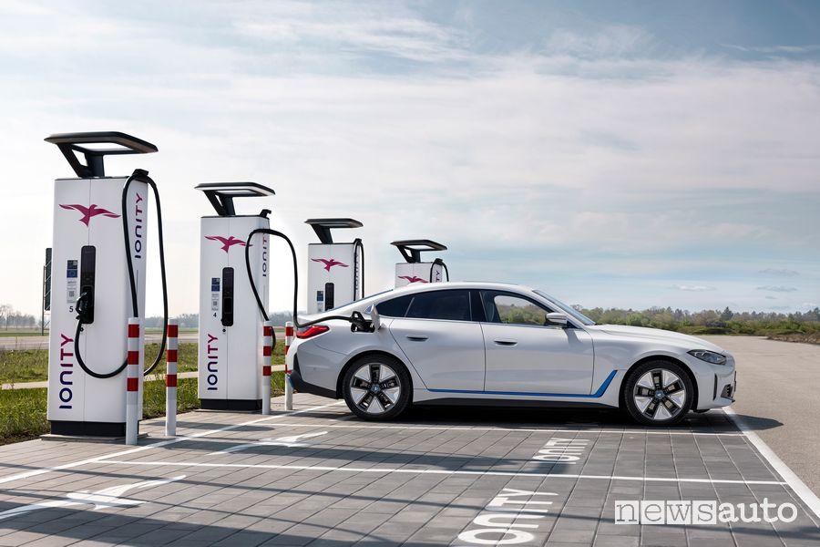 BMW i4 eDrive40 elettrica in ricarica da un colonnina Ionity