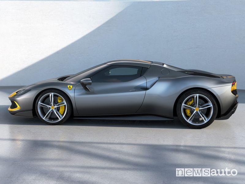 Vista laterale Ferrari 296 GTB Assetto Fiorano