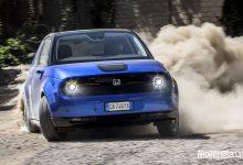 Honda e elettrica di traverso sullo sterrato