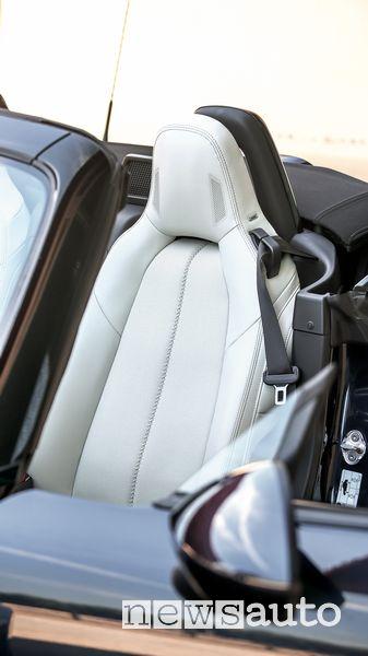 Sedile guidatore abitacolo Mazda MX-5 con altoparlanti BOSE sul poggiatesta