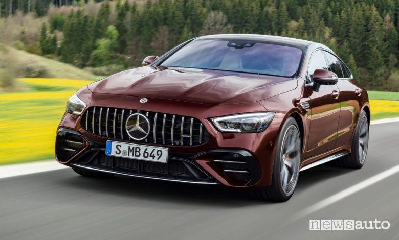 Vista di profilo Mercedes-AMG GT Coupé 53 4MATIC+ su strada
