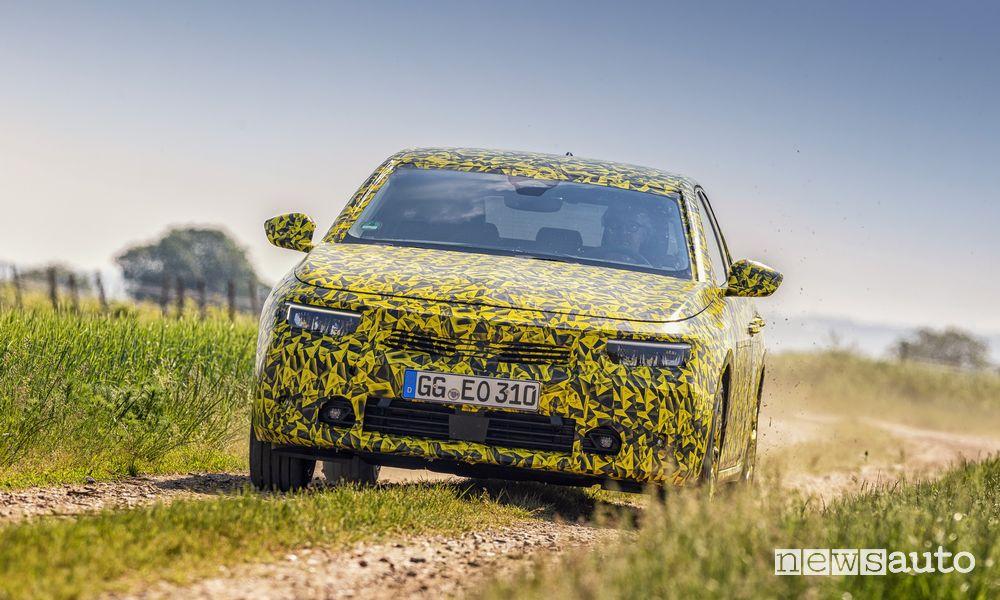 Vista anteriore prototipo nuova Opel Astra sullo sterrato