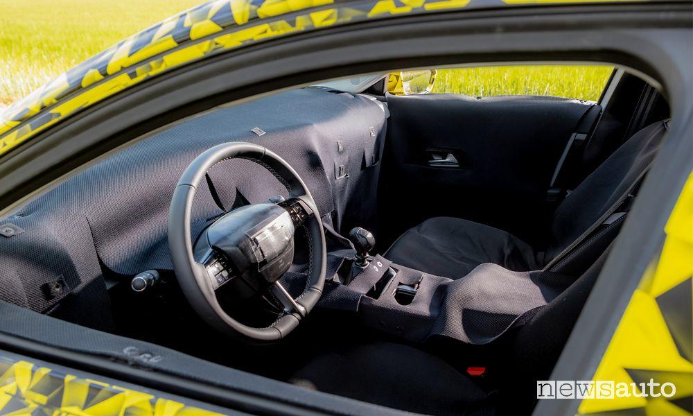Volante abitacolo prototipo nuova Opel Astra