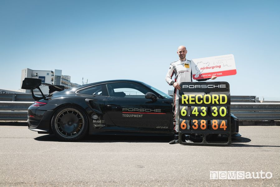 Lars Kern al volante della 911 GT2 RS celebra il record del Nürburgring