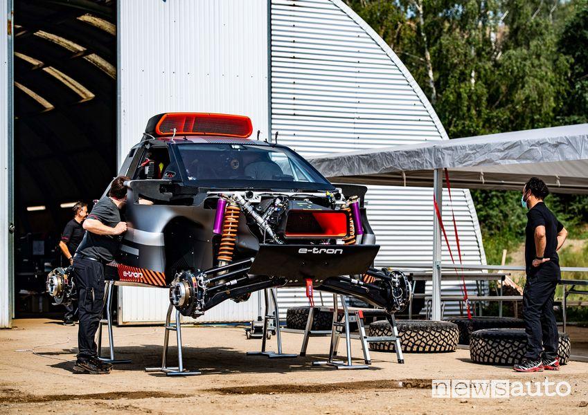 Meccanici al lavoro sull'Audi RS Q e-tron