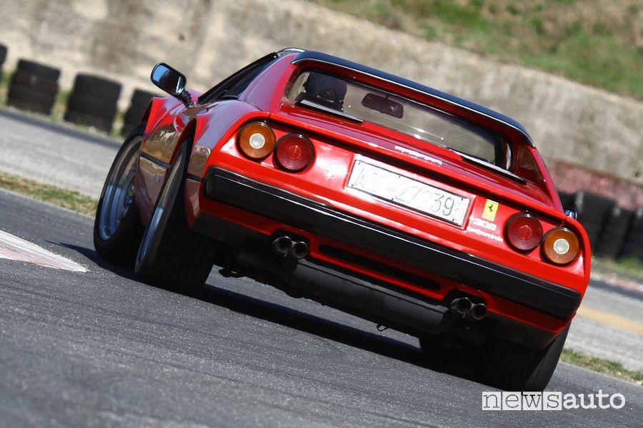 Vista posteriore Ferrari 308 GTS Magnum P.I. in pista all'Isam di Anagni
