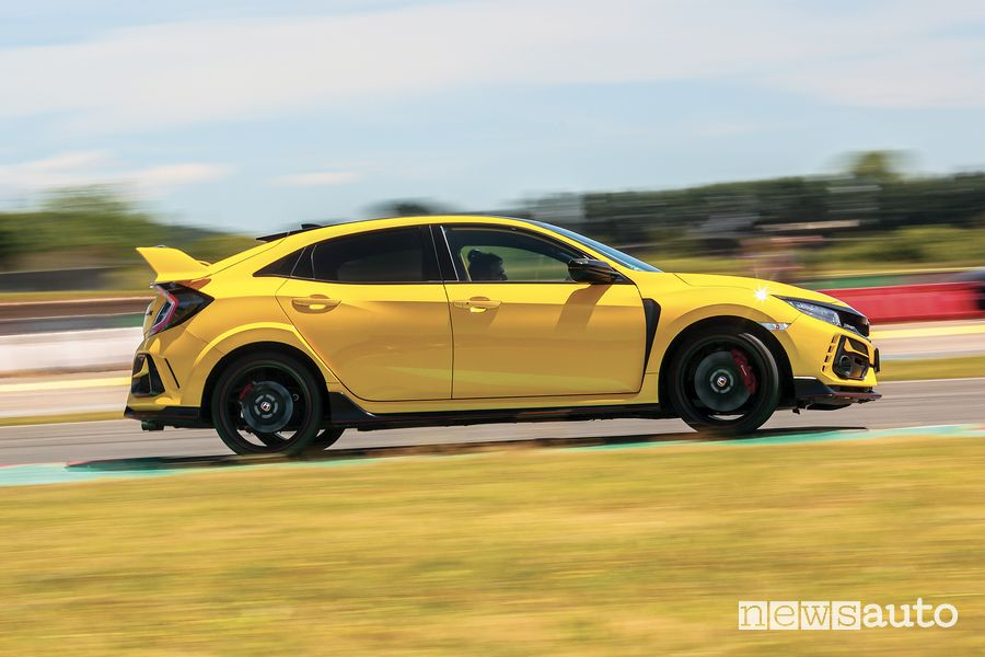 Vista laterale Honda Civic Type R Limited Edition test all'ISAM di Anagni