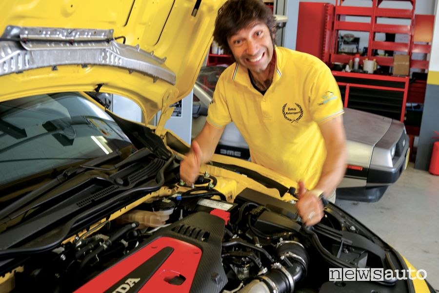 EMA Emanuele Sabatino ispezione la Honda Civic Type R Limited Edition