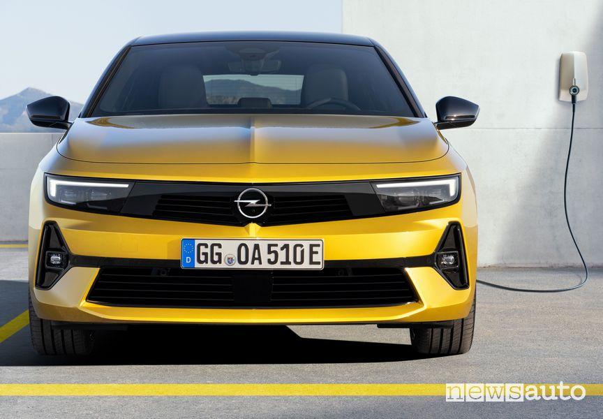 Nuova Opel Astra ibrida plug-in in ricarica
