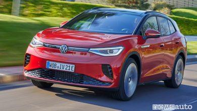Vista di profilo Volkswagen ID.4 GTX su strada