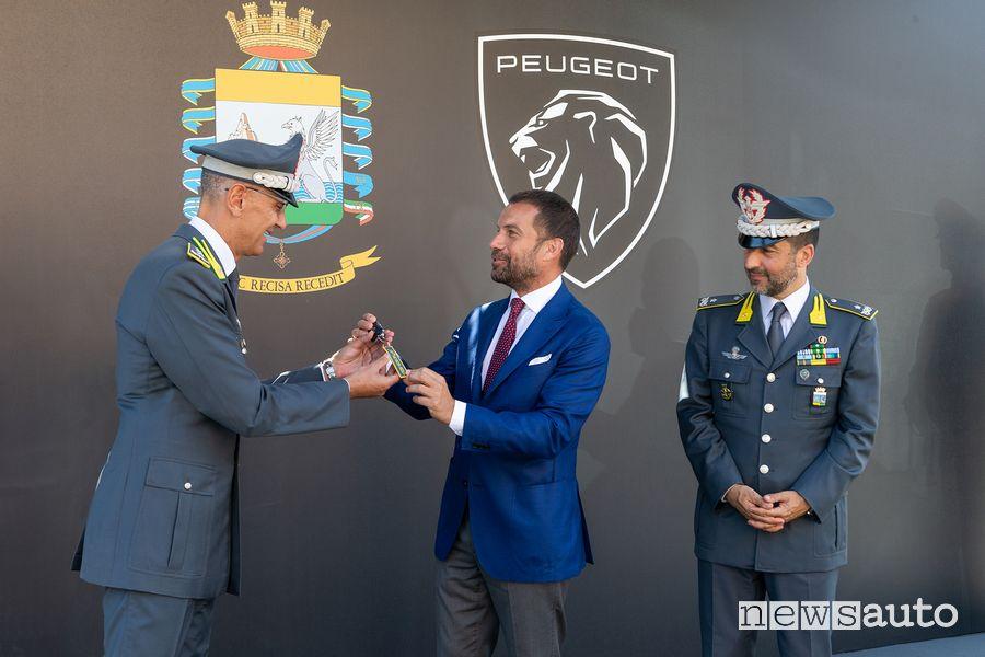 Consegna delle chiavi della Peugeot e-208 elettrica alla Guardia di Finanza