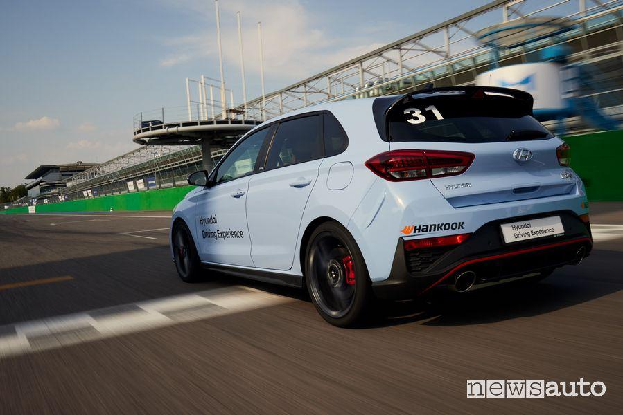 Vista posteriore Hyundai i30 N Performance in pista a Monza