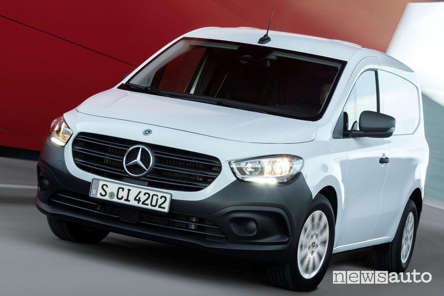 Vista di profilo nuovo Mercedes-Benz Citan su strada