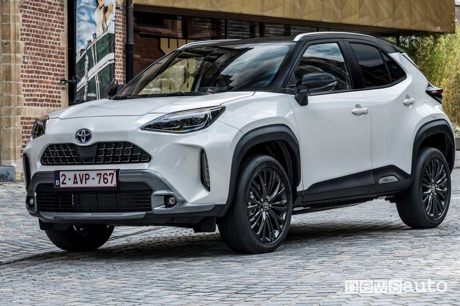 Vista di profilo nuova Toyota Yaris Cross Adventure