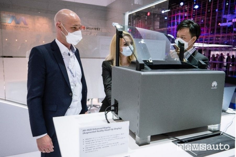 La dimostrazione di AR-HUD presso lo stand Huawei