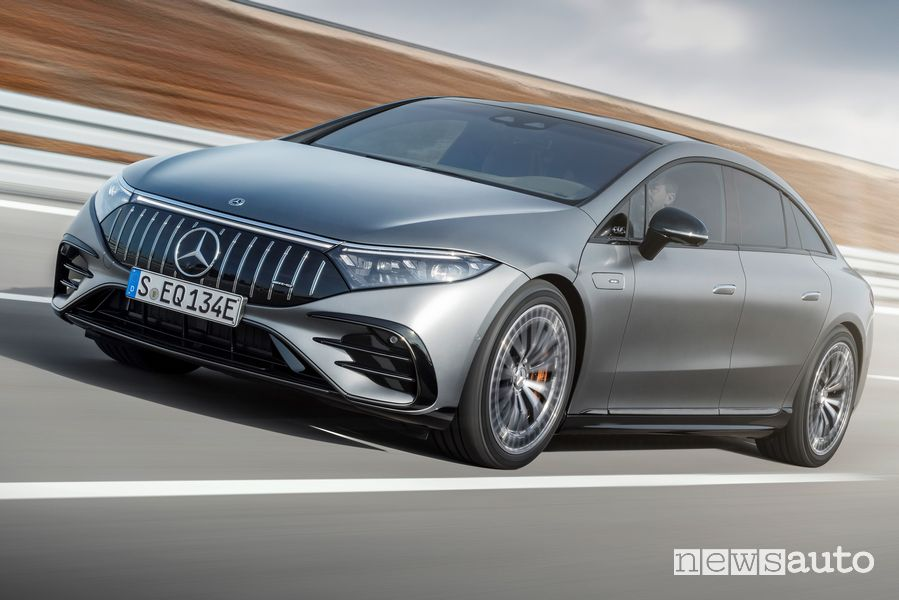 Vista di profilo Mercedes-AMG EQS 53 4MATIC+ elettrica su strada