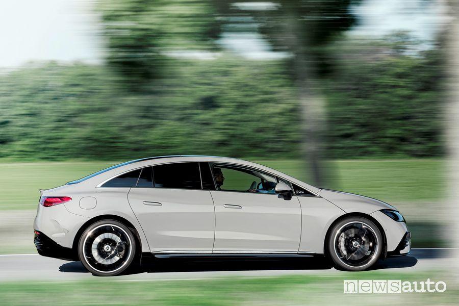 Vista laterale nuova Mercedes EQE 350 Edition 1 AMG Line su strada
