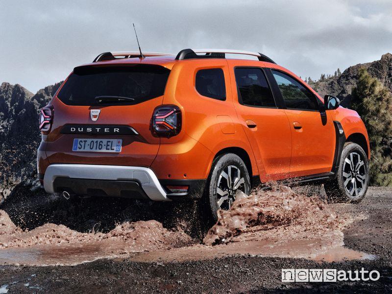 Vista posteriore nuovo Dacia Duster 4x2 Arizona Orange sullo sterrato
