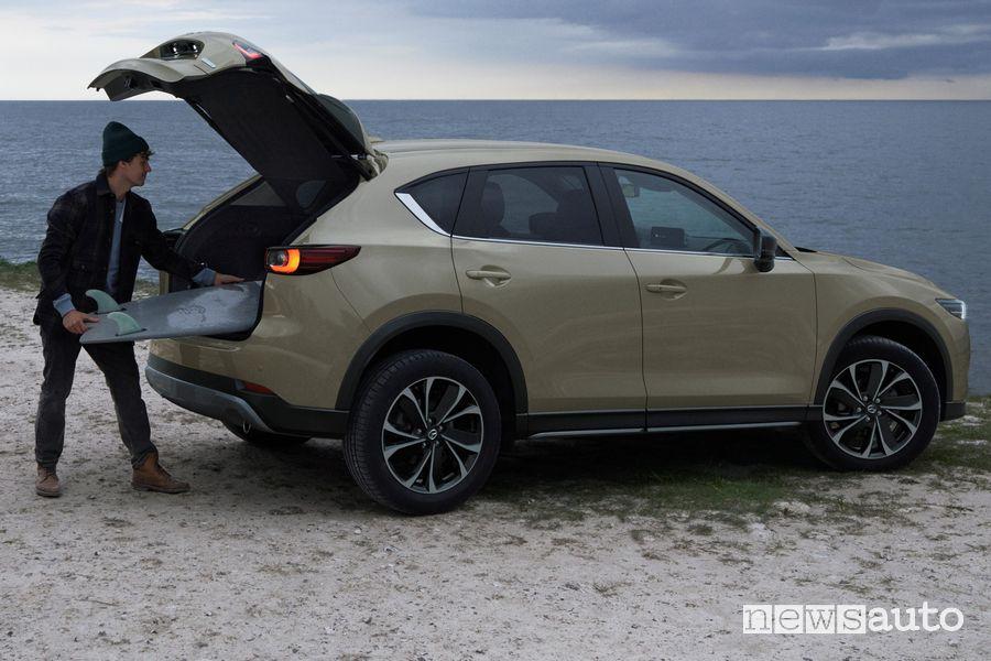 Vista laterale nuova Mazda CX-5 2022 Newground